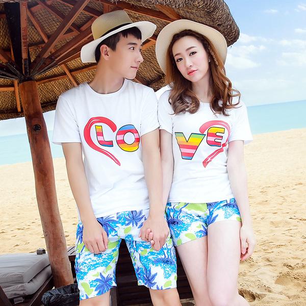 เสื้อคู่รัก ชุดคู่รักเที่ยวทะเลชาย +หญิง เสื้อยืดสีขาวลาย LO VE กางเกงขาสั้นลายต้นมะพร้าว +พร้อมส่ง+