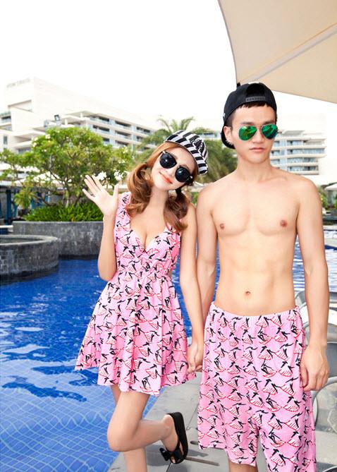 PRE ชุดว่ายน้ำคู่รัก หญิงเซ็ต 3 ชิ้น โทนชมพู บรา กางเกงแต่งระบาย พร้อมชุดคลุมสวย