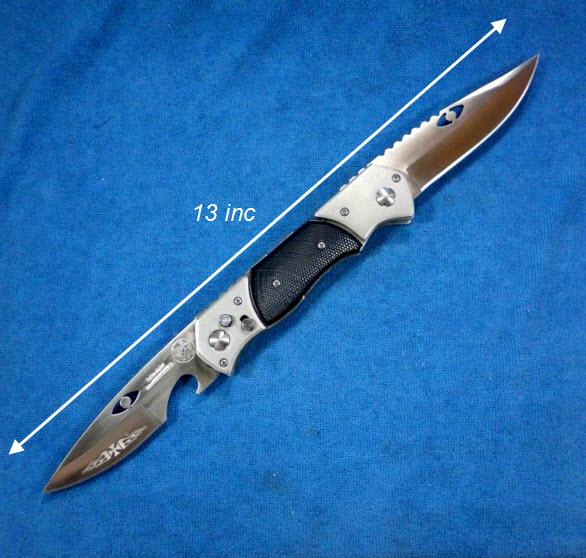 มีดสปริงใหญ่แบบ 2 มีด + ไฟฉายเล็ก ดำ