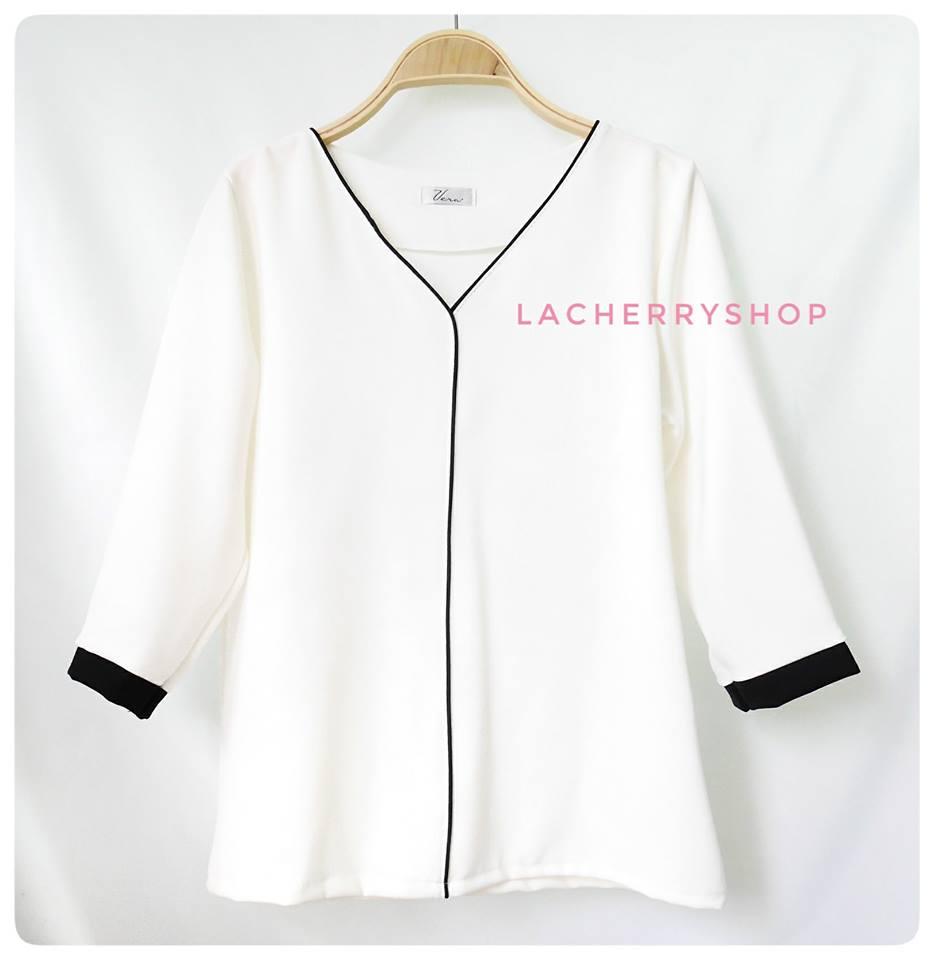เสื้อแขนสามส่วน (สีขาว) คอวี กุ้นขอบสีตัดทูโทน แบบสวยน่ารักๆ