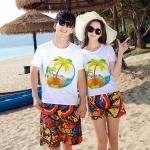 เสื้อคู่รัก ชุดคู่รักเที่ยวทะเลชาย +หญิง เสื้อยืดสีขาวลายต้นมะพร้าวลอยน้ำ กางเกงขาสั้นลายพระอาทิตย์โทนสีส้ม +พร้อมส่ง+