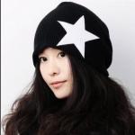 หมวกไหมพรมแฟชั่นเกาหลีพร้อมส่ง ทรงดีไซต์เก๋ ลายเรียบ แต่งลายดาวด้านข้าง หมวกสีดำ