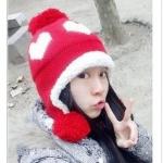 หมวกไหมพรมแฟชั่นเกาหลีพร้อมส่ง ทรงดีไซต์เก๋ หมวกสีแดง ทรงปิดหู ลายหัวใจสีขาว มีจุก