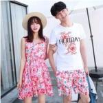 ชุดเสื้อคู่รักเที่ยวทะเล ชายเสื้อยืดพร้อมกางเกงขาสั้น + เดรสแขนกุด สีชมพู แต่งลายดอกไม้ +พร้อมส่ง
