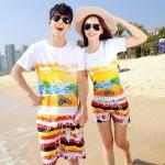 เสื้อคู่รัก ชุดคู่รักเที่ยวทะเลชาย +หญิง เสื้อยืดสีขาวลายคู่รักขับรถเที่ยวชายหาด กางเกงขาสั้นลายแถบสี +พร้อมส่ง+