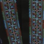 ผ้าปักสีโทนน้ำเงิน ยาว 1 วา ลายกว้างประมาณ 2.5 นิ้ว ใช้ตัดเย็บเสื้อผ้า กระเป๋า