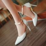 รองเท้าส้นสูงประดับลูกปัดมุกสีขาว
