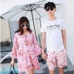 ชุดเสื้อคู่รักเที่ยวทะเล ชายเสื้อยืดพร้อมกางเกงขาสั้น + เดรสแขนยาว สีชมพู แต่งลายดอกไม้ +พร้อมส่ง สำเนา