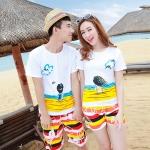 เสื้อคู่รัก ชุดคู่รักเที่ยวทะเลชาย +หญิง เสื้อยืดสีขาวลายคนนั่งมองดูนก กางเกงขาสั้นลายแถบสี +พร้อมส่ง+