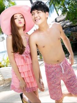 PRE ชุดว่ายน้ำคู่รัก ชุดว่ายน้ำทรงแซกแต่งลายสวยโทนชมพู ด้านหน้าแต่งระบายเป็นชั้นๆ กางเกงแยกชิ้น