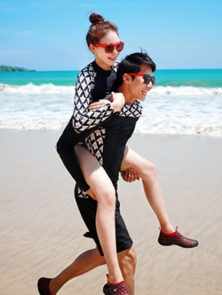 พร้อมส่ง ชุดว่ายน้ำคู่รัก แขนยาว+บิกินี่ลายสวยผูกข้าง ชายกางเกงขาสั้น