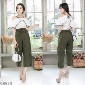 เสื้อผ้าแฟชั่นเกาหลีพร้อมส่ง - ชุดเซ็ตได้ 2 ชิ้น เสื้อเปิดไหล่ระบาย+กางเกงสีเขียวทหาร