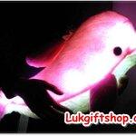 หมอนเรืองแสงหูฟังรูปปลาโลมา กระพริบไฟเรืองแสงได้ ยังเป็นหูฟังลำโพงไว้ใช้กับมือถือ /Mp3 /Iphone /Ipodและอื่นๆๆ สีชมพู