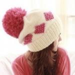 หมวกไหมพรมแฟชั่นเกาหลีพร้อมส่ง ทรงดีไซต์เก๋ สีขาว มีจุกสีแดง