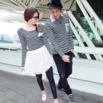 เดรสคู่รักเกาหลี แฟชั่นคู่รัก ชายเสื้อยืดคอปกแขนยาว หญิงเดรสแขนยาว แต่งลายขาวดำ +พร้อมส่ง+