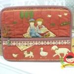 กระเป๋าใส่ Ipad โทนสีแดง มีช่องใส่ของจุกจิกด้านหน้ากระเป๋า ผ้าญี่ปุ่น ควิลล์มือค่ะ ปกป้องไอแพดที่รักของคุณ น่ารักไม่ซ้ำใคร