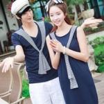 +พร้อมส่ง+ เสื้อคู่รักเกาหลี แฟชั่นคู่รัก ชายเสื้อยืดคอวีแขนสั้น + หญิงเดรสแขนกุด สีน้ำเงิน แต่งผ้าลายกรมขาวจากไหล่ทั้ง 2 ข้าง