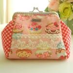 กระเป๋าปิ้กแป๊ก ใส่ของจุกจิก ขนาดปากกระเป๋ากว้าง 12 cm ตัวกระเป๋า กว้าง 17 สูง 12 ซม ++แถมสายโซ่คล้องมือ ขนาด 40 ซม ฟรี+++