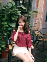 เสื้อแฟชั่นเกาหลี เว้าไหล่ ผูกใบว์ช่วงคอเสื้อ พิมพ์ลายจุดตามภาพ สีแดงเข้ม