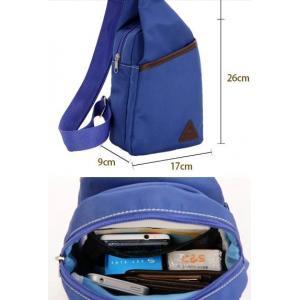 กระเป๋าสะพายเฉียงผ้าใบสปอร์ตตั้ง แต่งสามเหลี่ยม สีฟ้าเข้ม