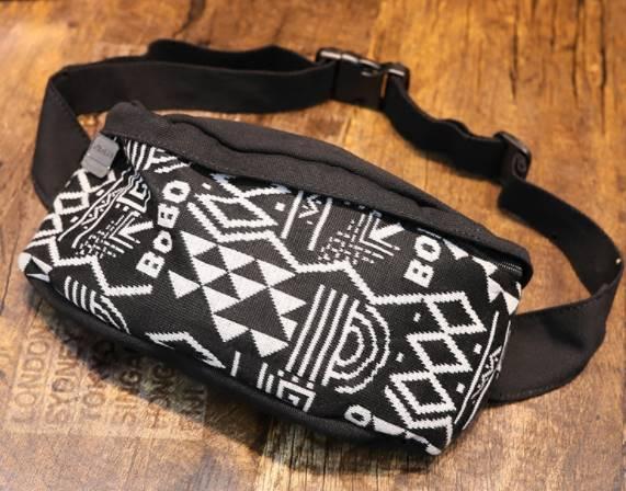 กระเป๋าคาดอก สะพายเฉียงผ้าใบ motif สี ขาวดำ