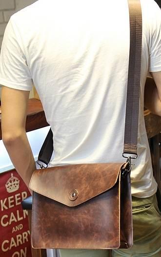 กระเป๋าสะพายวินเทจ ใส่แทบเบล็ต แต่งกระดุม สีน้ำตาล